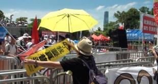 政改遭否決後,建制派團體立刻離開,有反政改人士表現興奮,向他們揮動「我要真普選」的直幡。(影片截圖)