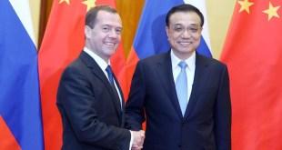 國務院總理李克強與俄羅斯總理梅德韋傑夫共同簽署《中俄總理第二十次定期會晤聯合公報》。(網上圖片)