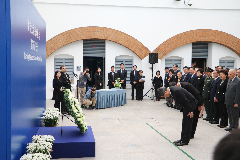 儀式上,出席人士先默哀2分鐘,之後由梁振英致獻花圈,悼念大屠殺的死難者。(葉嘉兒攝)