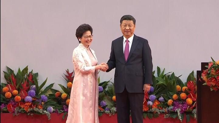 國家主席習近平致辭前與行政長官林鄭月娥握手。(影片截圖)
