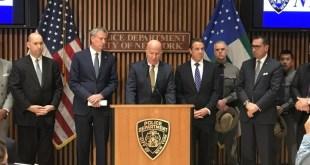 紐約州長、市長與警方召開記者會公布疑兇犯案經過。(紐約市警察局Twitter圖片)