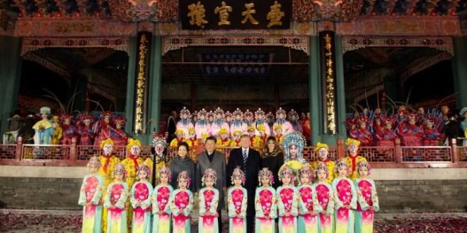 他們一同欣賞京劇表演並拍照留念。(Donald J. Trump Twitter圖片)