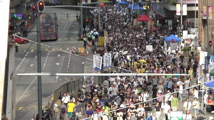 民間人權陣線發起七一遊行。民陣稱有50,000人參與遊行,較去年少超過10,000人,警方則指高峰時有9,800人。(影片截圖)