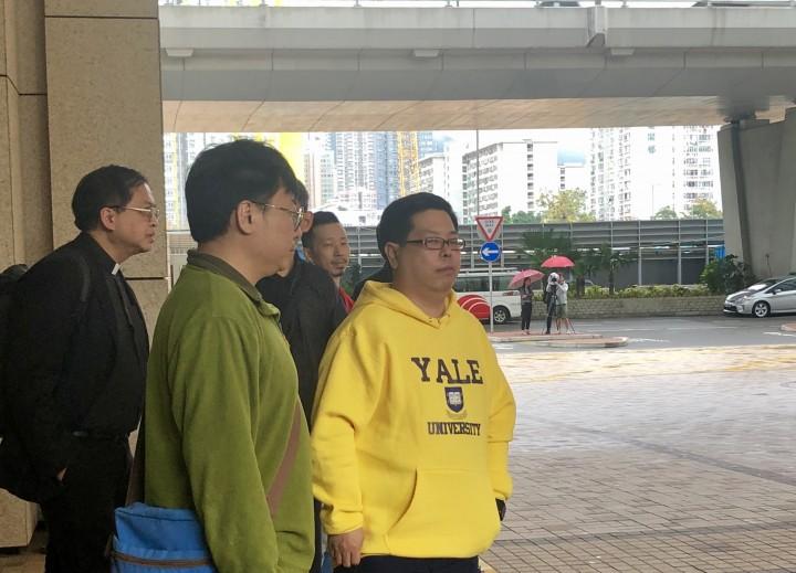 林子健(右一)於2017年8月報警指被操普通話的人帶走禁錮和毆打,並於大腿位置釘上21口釘,經警方調查後,被揭發懷疑「自編、自導、自演」。(何清怡攝)