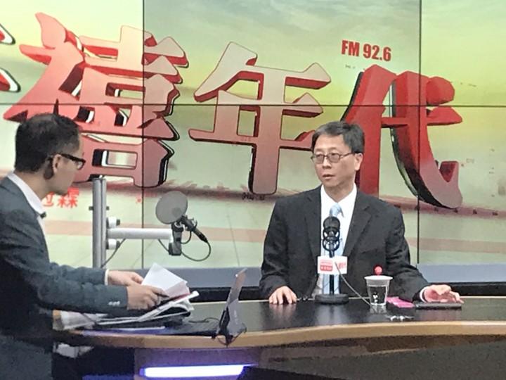 香港大學感染及傳染病總監、醫委會委員何栢良期望醫委會能落實放寬海外醫生考取私人執業資格,以解決公營醫療機構人手不足的問題。(朱詠賢攝)