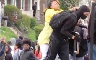 Sacó a su hijo a bofetadas de la manifestación donde tiraban piedras a la policía. Ejemplo a seguir por las madres españolas. (Foto: captura vídeo)