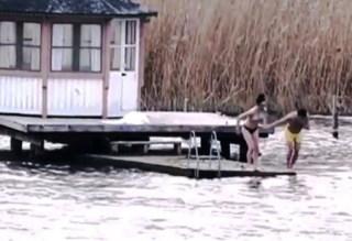 Una de las hermanas de Sofía y su amigo se atrevieron a meterse en las gélidas aguas del lago Mälaren. (Foto: Captura vídeo Aftonbladet)