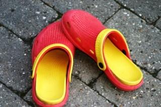 La combinación de rojo y amarillo en los «crocs» o zuecos de plástico, forma la bandera española. (Foto: © JM Noticias) - Pulsar para ampliar -