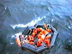 Una de las balsas hinchables lanzadas al agua con algunos pasajeros dentro. (Foto: Kustbevakningen) - Pulsar para ampliar -