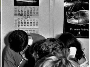 Las oficinas de la naviera Estlines en Tallin se convirtieron esa noche en el punto de reunión del personal y familiares de los pasajeros y tripulantes que se enteraron de la tragedia. (FOTO: Küllike Rooväli) - Pulsar para ampliar -