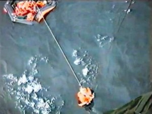 Uno de los náufragos es rescatado de la balsa por uno de los helicópteros y tras cinco horas en el agua. (Foto: Depto.Defensa de Suecia) - Pulsar para ampliar -