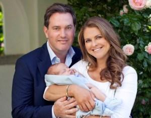 La princesa Magdalena de Suecia con su marido Christopher O'Neill y su hijo el príncipe Nicolás, en julio del 2015 en Solliden. (Foto: Brigitte Grenfeldt - Kungahuset)