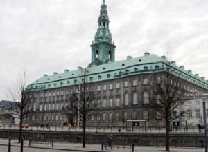 Este es Christiansborg, traducido como Fortaleza de Christian. Está en Copenhague y es la sede del «Folketing» (Parlamento). También puede ser llamado castillo pero no palacio, aunque en su día fuera residencia real. (Foto: Wikimedia Commons)