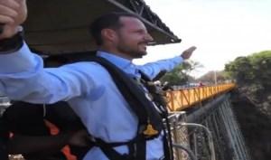 El príncipe Haakon de Noruega antes de saltar 111 metros al vacío en el puente de las cataratas Victoria en Zambia. (Foto: captura vídeo)