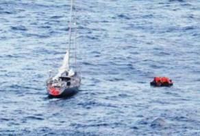 Los ocho náufragos comienzan a remar para acercarse al costado de babor del «M/C Costa Deliziosa» - PULSAR EN LA FOTO PARA AMPLIAR - Todas las fotos cortesía de tripulación y pasajeros.
