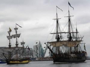 La fragata rusa «Shtandart» (izq) y el navío sueco «Götheborg» momentos antes de la batalla naval en el puerto de Aarhus (Dinamarca) el 4 de Julio del 2013. (Foto: © M.Mielgo - JM Noticias)