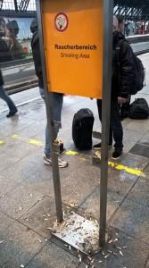 La zona de fumadores del anden II de la Hauptbahnhof (Estación Central) de Köln (Colonia), en Alemania. (Foto: © JM Noticias) - Pulsar para ampliar -