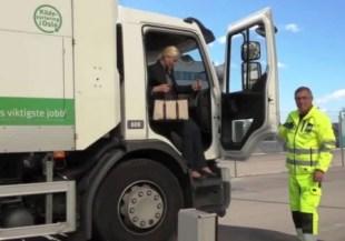 La princesa Mette-Marit cambió el coche oficial por el camión de la basura para ir a la planta de reciclado (Foto: Captura vídeo Casa Real)