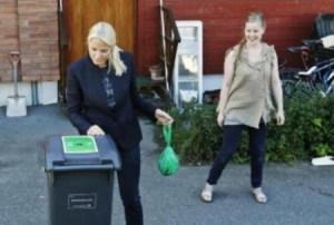 Mette-Marit seleccionó la basura en bolsas de colores para reciclar (Foto: Cortesía Casa Real)