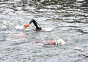 La princesa Mary es la que va nadando detrás con un estilo muy profesional. (Foto: Cortesía Casa Real)
