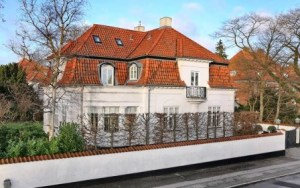 Vista desde la calle del palacete de la condesa Alexandra que quiere vender por 3,3 millones de € (Foto: Anuncio agencia)