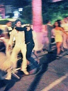 Un desconocido salta y agarra al príncipe Carlos Felipe y lo intenta tirar al suelo. (Foto: captura vídeo de testigos)