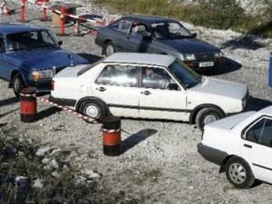 La participante deja el coche abandonado y se va (Foto: captura tv)