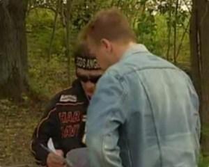 El reportero de TV4 comprueba las fotos que le muestra Daniel Webb, lugarteniente del gánster Mille Markovic. (Foto: Captura TV4)