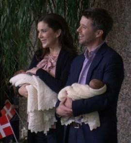 Los príncipes Mary y Federico de Dinamarca mostrando a sus mellizos. (Foto: © Marisa Trapero - JM Noticias) - PULSAR PARA AMPLIAR -