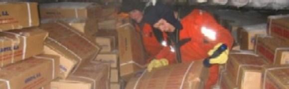 Los inspectores noruegos revisan la bodega del «F/V Garoya Segundo» con las miles de cajas de pescado ilegal. (Foto: Kystvagten) - PULSAR PARA AMPLIAR -