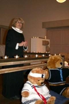 La pastora Kirsten Knutzen en la iglesia de Sthen con los ositos (Foto: © Claudia Top / JM Noticias)