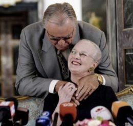 El príncipe Henrik abraza y besa a su esposa antes de abandonar el salón. (Foto: captura tv)