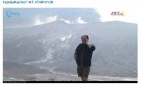 Turista haciendo el hortera frente al volcán de Eyjafjalla. (Foto: Webcam en Þórólfsfelli) - PULSAR PARA AMPLIAR -