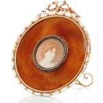 Marco redondo esmaltado con adornos de oro, marfil y diamantes. En la foto la princesa heredera Margaretha de Suecia. Pertenece a la princesa Benedikte. (Foto: Iben Kaufmann / Museo de Koldinghus)