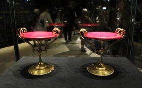 Pareja de fuentes de cristal coloreado en púrpura con pedestal de latón, para frutas o dulces. Propiedad de la reina Margarita II de Dinamarca. (Foto: © M.Mielgo - JM Noticias)