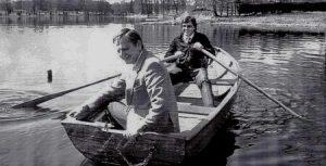 Felipe González y Olof Palme dando un paseo en barca por un lago sueco. González, Guerra y otros dirigentes del Psoe acudían a menudo a Estocolmo. (foto: archivo)