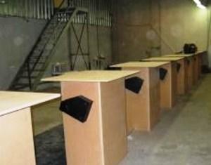 En estas mesas serán identificados los detenidos y entregarán sus pertenencias antes de meterlos en las jaulas. (Foto: JM Noticias)