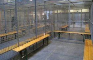 Las jaulas para meter a los detenidos están listas en un almacén habilitado. (Foto: JM Noticias)