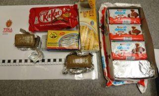 El alijo de 1,2 kilos de «chocolate» intervenido a los dos españoles en los paquetes de chocolate para niños y las latas de conservas. (Foto: Tolletaten -Aduanas de Noruega)