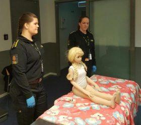 Las llamadas «pedo-dolls» o muñecas para pedófilos se envían con pelucas y varias piezas de ropa infantil. (Foto: Tolletaten / Aduanas de Noruega)