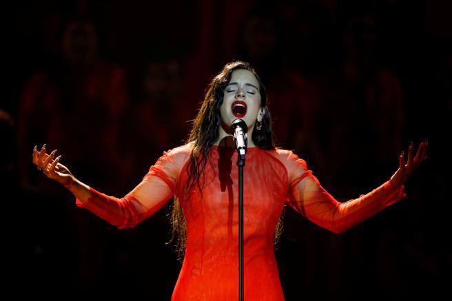 Rosalía durante su actuación en los premios Goya (Ballesteros/EFE)