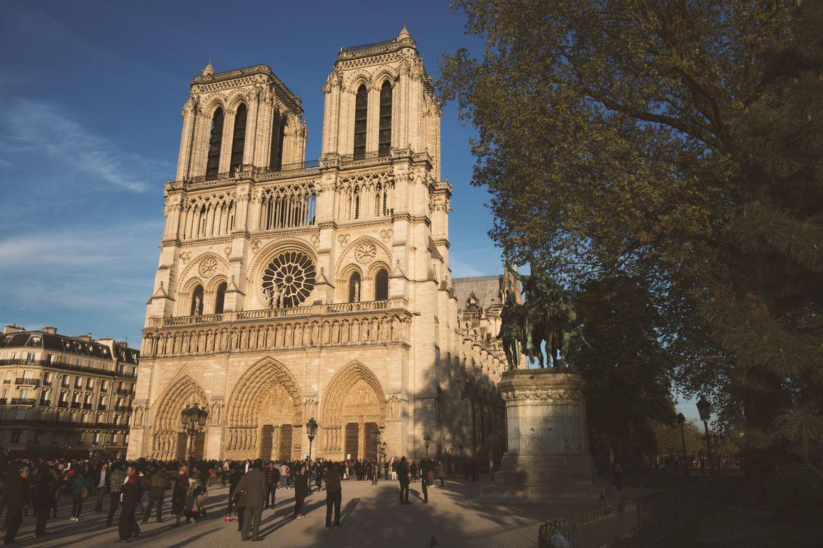 Notre-Dame de Paris à l'heure dorée