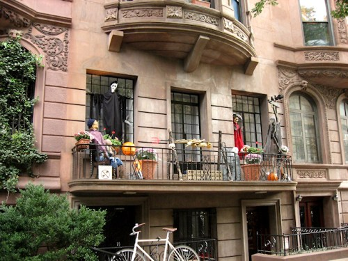 Photo of NY Brownstone all decked out for Halloween by Joana Miranda