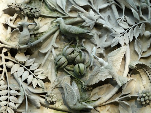 Photo of stone frieze with birds in the branches, taken by Joana Miranda