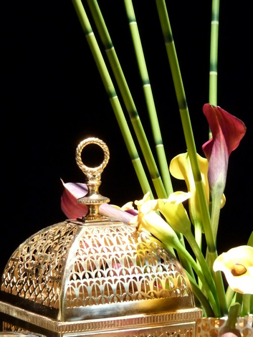 Photo of golden cage with calla lilies, taken by Joana Miranda