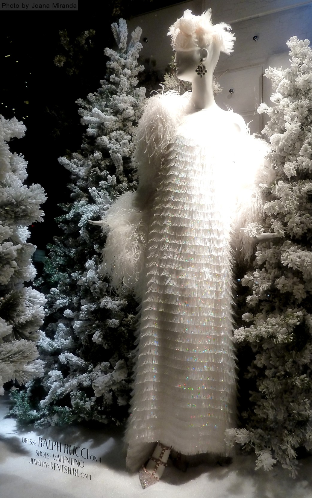 Photo of mannequin dressed in white fringe dress in Bergdorf Goodman's 2013 Christmas window display, taken by Joana Miranda