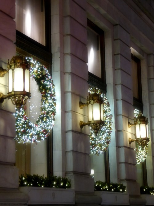 holiday-wreaths-at-the-plaza-hotel