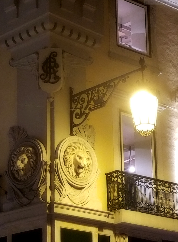 Chiado corner at night