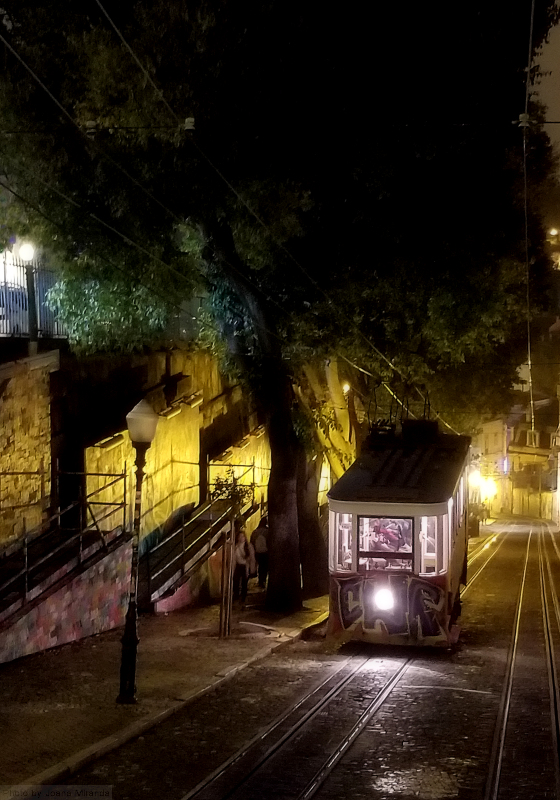 Elevador da Gloria at night