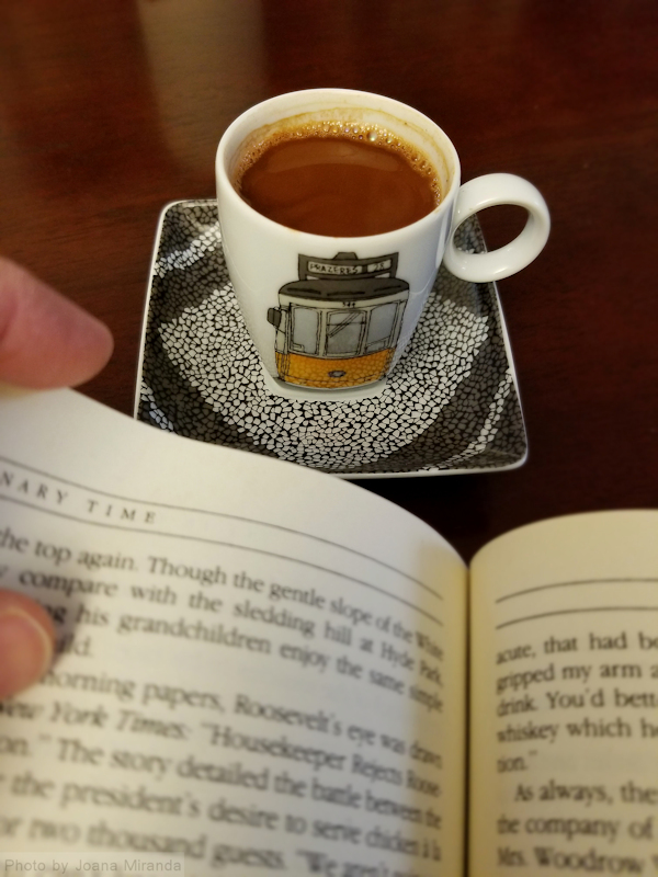 Photo Vista Alegre espresso cup along with biography of Roosevelt, taken by Joana Miranda